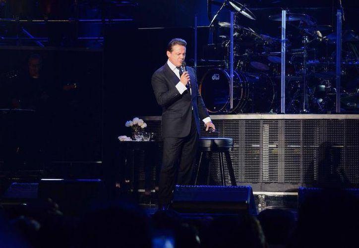 Vestido con un traje negro y camisa blanca, Luis Miguel provocó la euforia de cientos de las mujeres presentes. (facebook.com/luismiguelofficial)
