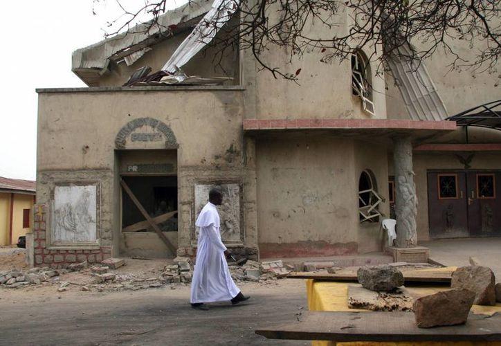 El Papa Francisco alzó la voz por los cristianos que en el mundo son perseguidos, tratados como delincuentes y asesinados. Imagen de contexto de un sacerdote caminando frente a una iglesia destruida. (Notimex)