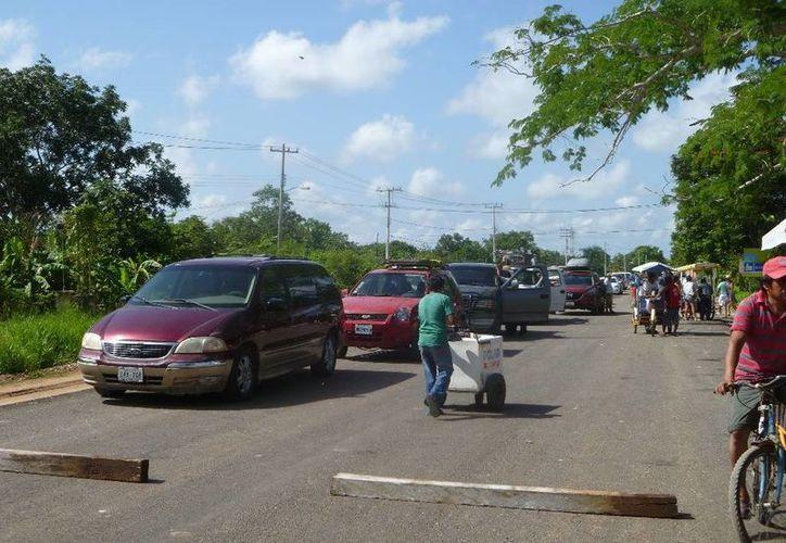 Los campesinos realizaron bloqueo de las 12 a las 14 horas. (Raúl Balam/SIPSE)