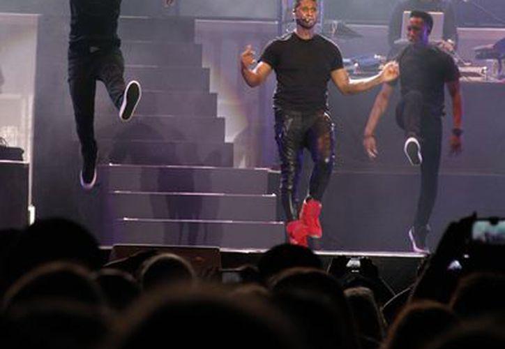 Usher demostró con su espectáculo y vitalidad por qué es considerado uno de los artistas más rentables del momento. (Israel Leal/SIPSE)