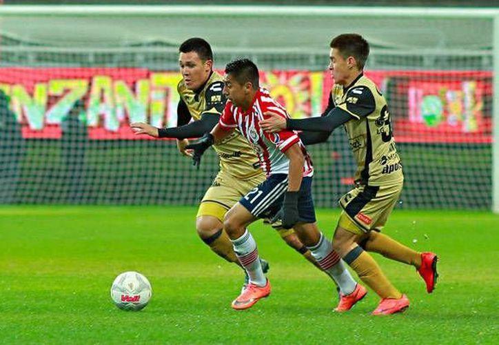 Las Chivas quedaron eliminadas de la Copa MX al perder este miércoles ante Dorados de Sinaloa en medio de una anecdótica caída de aguanieve en el estadio Omnilife. (Liga MX)