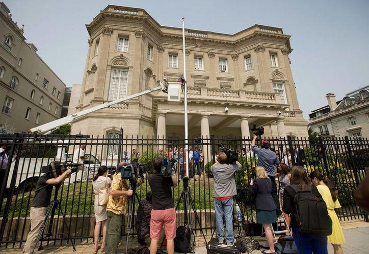 La Embajada de Cuba en Estados Unidos (en la imagen) será reabierta en una ceremonia a la que acudirán unos 500 invitados, mientras que la sede diplomática de EU en Cuba será oficialmente abierta hasta el mes de agosto. (AP)