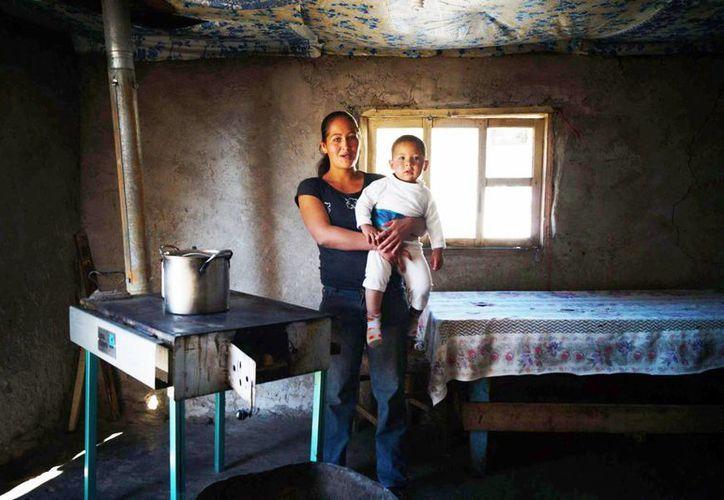 Imagen de un mujer y su hijo en la Sierra de Durango, una de los  55.3 millones de pobres que hay en México. (Archivo/Notimex)