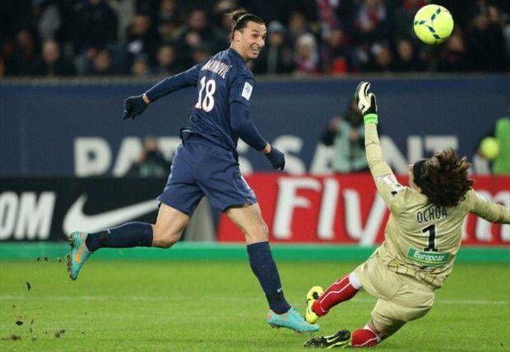 Ochoa durante uno de sus lances salvadores frente a Ibrahimovic. (goal.com)