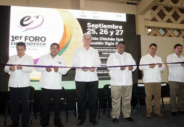 Autoridades estatales e iniciativa inauguran foro de negocios. (SIPSE)