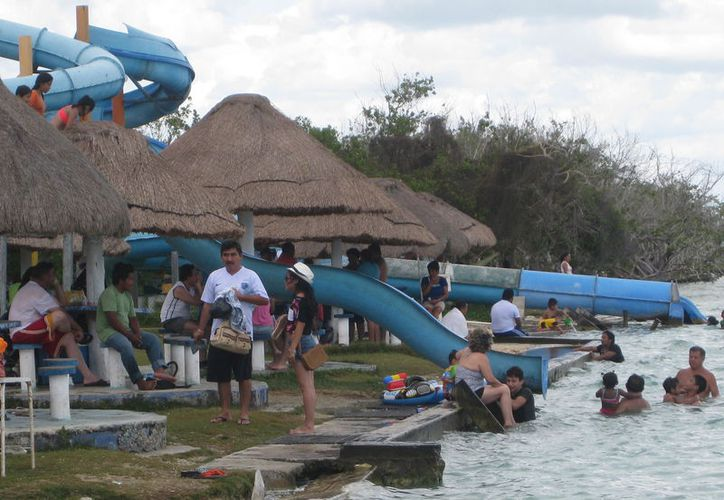 Los balnearios de la ciudad lucen abarrotados por visitantes que aprovechan para disfrutar de las cálidas aguas de la laguna. (Javier Ortiz/SIPSE)