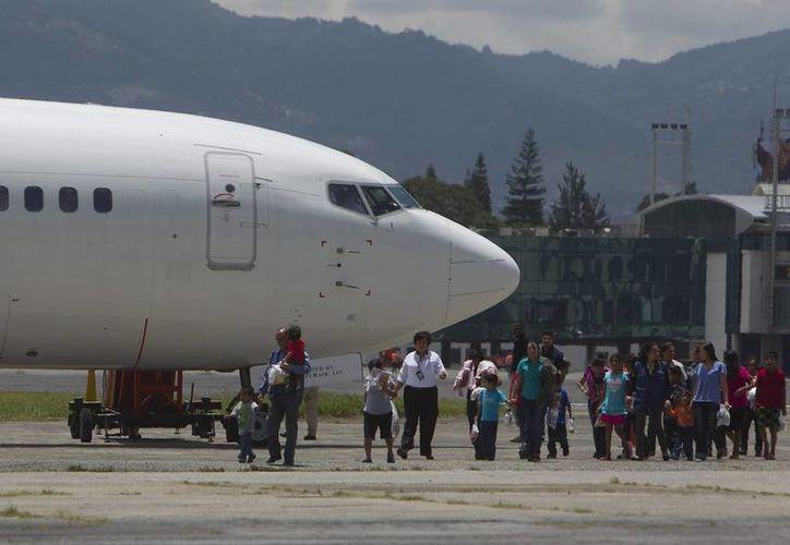 Varias personas que fueron deportadas de Estados Unidos llegaron este martes a la Ciudad de Guatemala. (EFE)