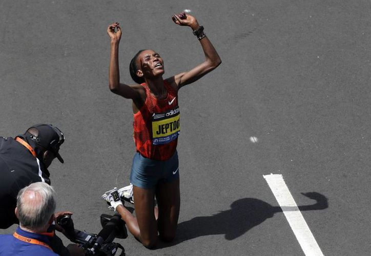 Rita Keptoo, poco después de ganar el Maratón de Boston en abril del año pasado. Ahora no podrá competir durante dos años debido a que se dopó. (Foto: AP)