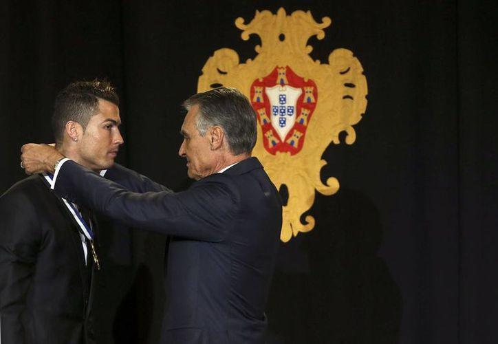 Cristiano Ronaldo recibió la condecoración Gran Oficial de la Orden del Infante Don Enrique de manos de su presidente Aníbal Cavaca. (Agencias)