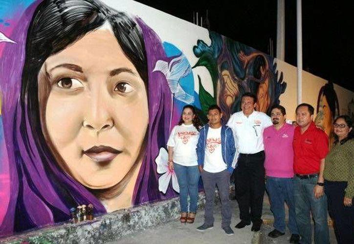 """Los ganadores del concurso de graffiti fueron premiados en la clausura de los """"16 dias de activismo para la Eliminación de la Violencia contra las Mujeres"""". (Redacción/SIPSE)"""