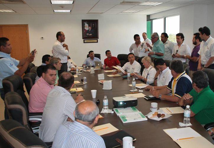 Michelle Peage, presidenta de la Federación de Cruceros de la Florida y el Caribe, reunió con empresarios locales. (Julián Miranda/SIPSE)