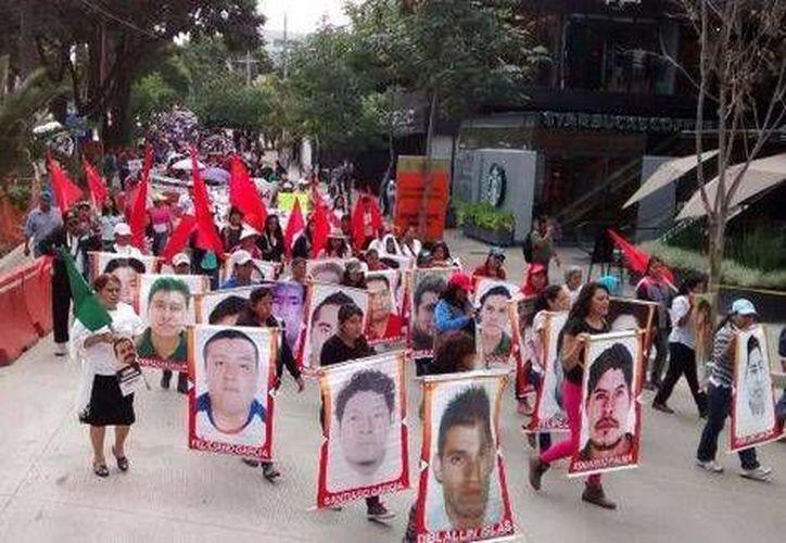 Esta mañana, integrantes de la Coordinadora Nacional de Trabajadores de la Educación marcharon en Oaxaca encabezados por Francisco Villalobos, secretario de Organización de los maestros. (Foto Milenio)