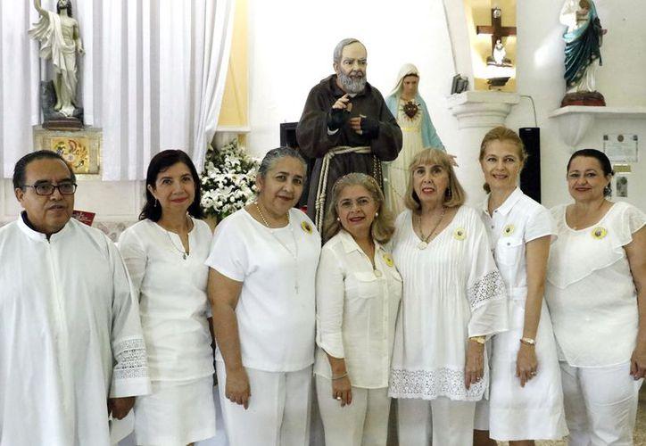 Pbro. Ricardo Tiscareño con damas del grupo de oración del Padre Pío. (José Acosta/Milenio Novedades)