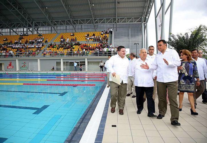 El gobernador Rolando Zapata y Emilio Chuayffet, dirigente de la SEP, durante un recorrido por las renovadas instalaciones del Complejo Deportivo 'Kukulcán'. (Cortesía)