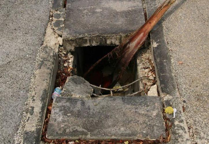 Milenio Novedades informó ayer sobre la caída de una dama, a causa de rejilla mal colocada sobre la calle 62. (SIPSE)