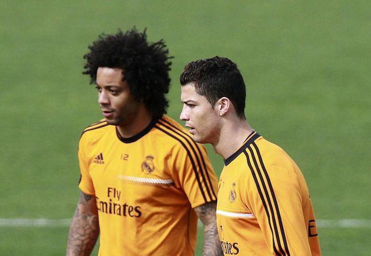 """""""CR-7"""" (d), al igual que el lateral brasileño Marcelo, estuvieron en el césped en la primera parte de la sesión de entrenamiento con el Real Madrid, pero ambos cerraron la práctica al margen del plantel. (EFE/Archivo)"""