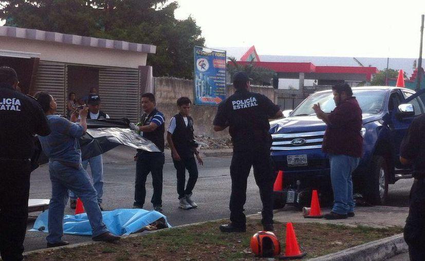 El motocilista falleció de manera instantánea en el lugar de los hechos. Personal del Semefo llegó al lugar para el levantamiento del cadáver. (Luis Fuente/Milenio Novedades)
