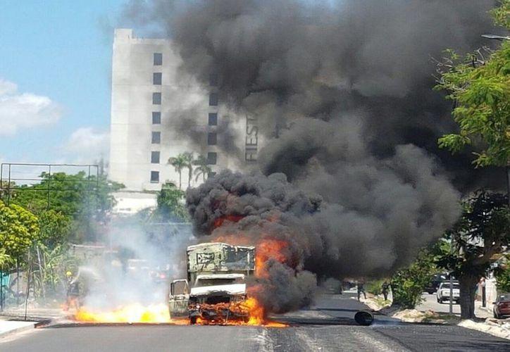 Una camioneta de la empresa que reconstruye una calle en el norte de Mérida se quemó completamente. Transportaba bidones de diésel. (SIPSE)