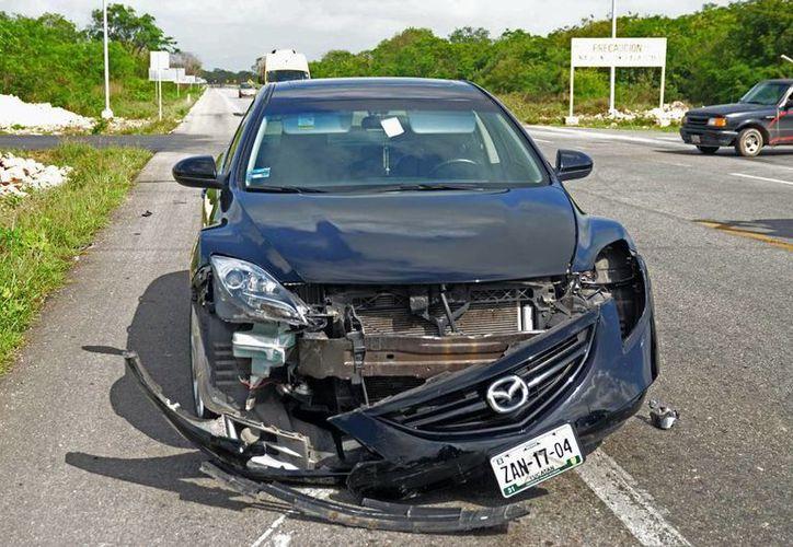 EL Mazda quedó desbaratado tras chocar con una camioneta. (Cuauhtémoc Moreno/SIPSE)