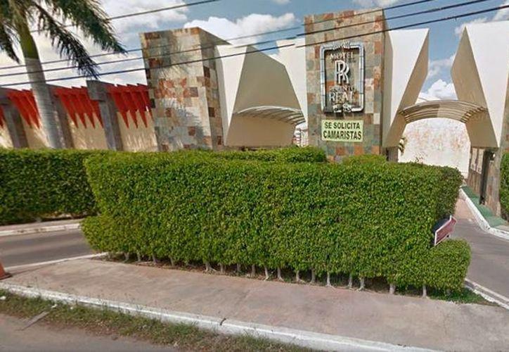 Fachada del motel al que acudió un abogado, acompañado de su secretaria. El profesional falleció tras accidentarse dentro de las instalaciones. (Street View/Google)