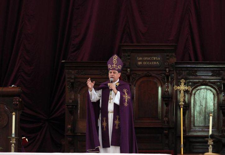 Confesarse actualiza el poder del bautismo, declaró el Arzobispo de Yucatán, Monseñor Gustavo Rodríguez al oficiar una misa penitencial en la Catedral de la capital yucateca. (Fotos: Amílcar Rodríguez/Milenio Novedades)