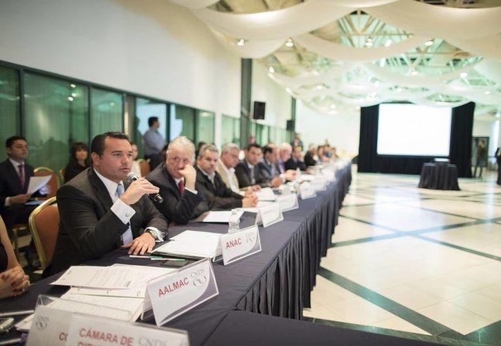 El alcalde de Mérida, Renán Barrera Concha, durante su intervención en la sesión extraordinaria de la Comisión Nacional de Desarrollo Social. (Cortesía)