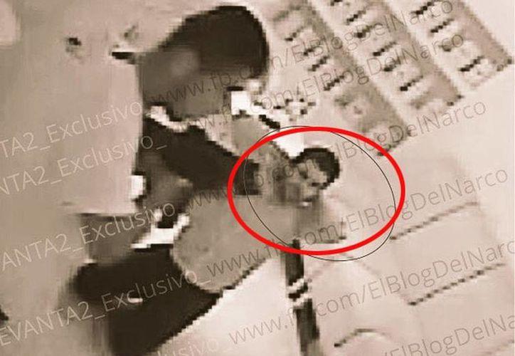 Imagen de Jesús Alfredo Guzmán Salazar al ser sometido por sus secuestradores en el restaurante La Leche, en Puerto Vallarta. (El Blog del Narco)