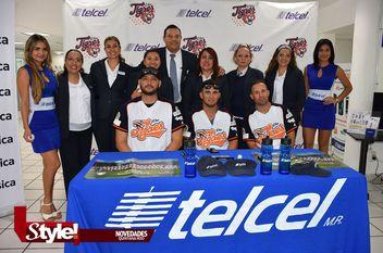 Firma de autógrafos de los Tigres de Quintana Roo