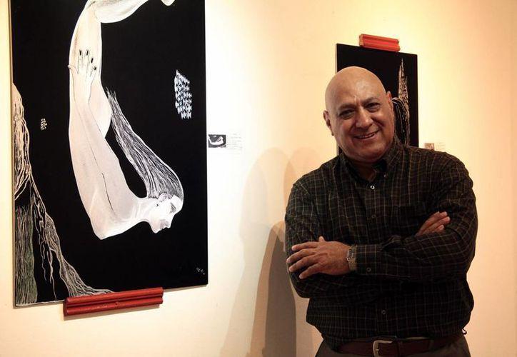 Mario del Villar Cervera posa junto a una de sus piezas, las cuales se muestran en el espacio artístico Le Cirque Galería. (Jorge Acosta/Milenio Novedades)