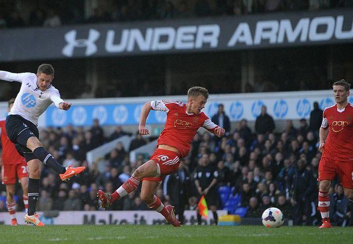 Gylfi Sigurdsson del Tottenham (i), anotó el gol definitivo en el último suspiro del encuentro con el Southampton en la Liga Premier. (Agencias)