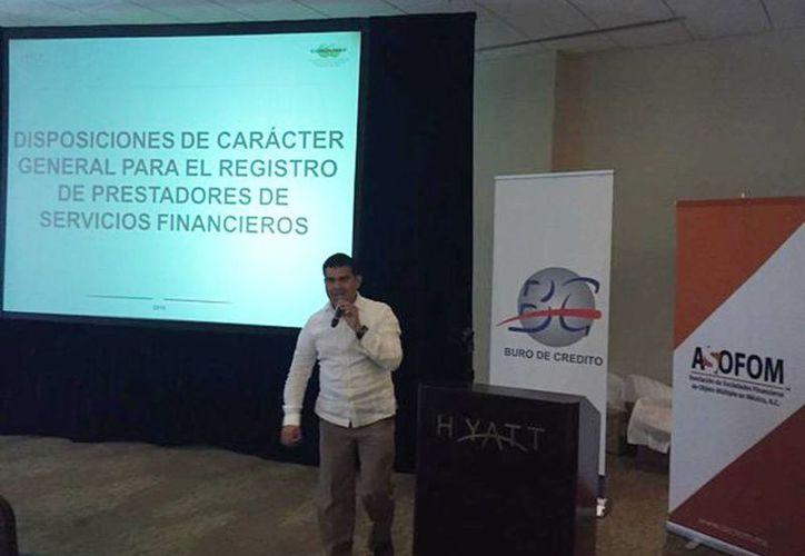 La Consar plantea el programa Afore Infantil para niños y adolescentes. Imagen de la conferencia que impartió el subdelegado Alberto Pinto Escamilla. (Milenio Novedades)