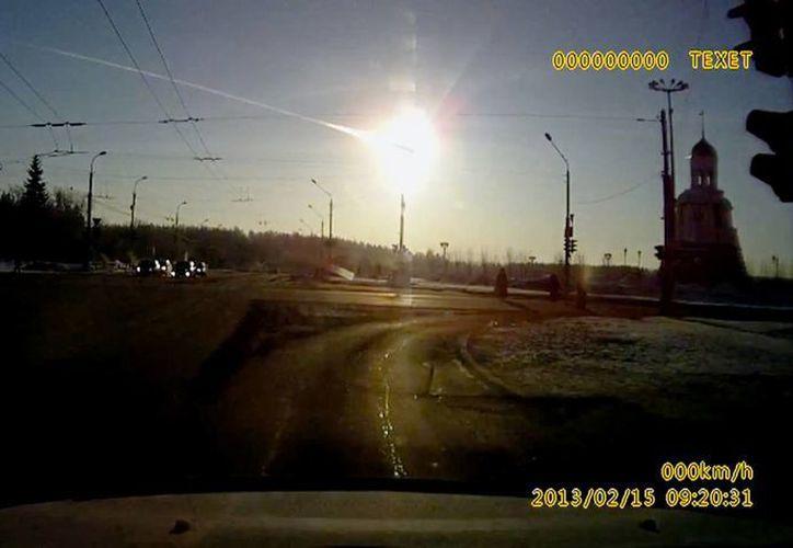 """En Rusia, un meteoro """"pequeño"""" sin aparente relación con el asteroide DA14 deslumbró antes de estallar en el aire. (AP)"""