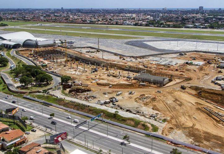 Trabajos de construcción y remodelación en el aeropuerto internacional Pinto Martins en Fortaleza, Brazil. (Agencias)