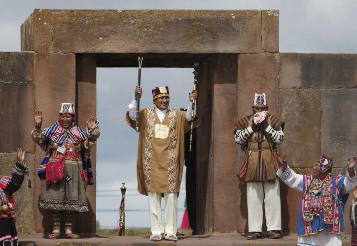 El presidente de Bolivia, Evo Morales, recibe la bendición de los guías espirituales aymaras, en una ceremonia tradicional de investidura de su segundo mandato. (Agencias)