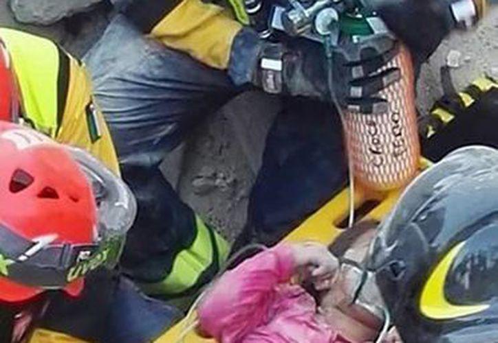 Bomberos italianos rescatan viva de entre losescombros de un terremoto a Giorgia, salvada por su  hermana Giulia, quien falleció. (AP)