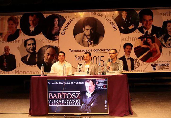 El director polaco Bartosz Zurakowski (c) reconoció la calidad de la Sinfónica de Yucatán y felicitó al maestro Lomónaco por tener a músicos tan bien preparados. (Milenio Novedades)