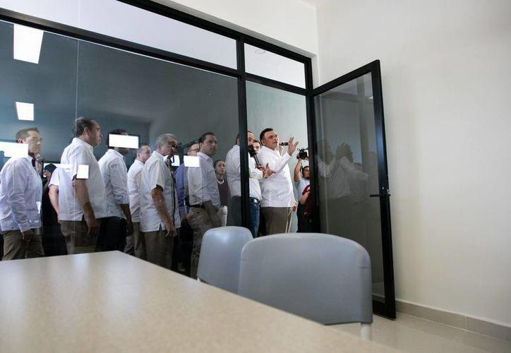 El gobernador Rolando Zapata y otros funcionarios durante un recorrido en el nuevo Hub de emprendedores, que es una especie de casa para desarrollar e impulsar proyectos de negocios. (Fotos cortesía del Gobierno)