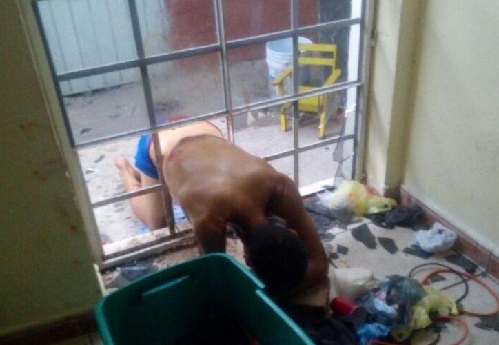 El hombre quedó atorado en una puerta de la Iglesia Adventista del Séptimo Día. (Foto: Redacción)