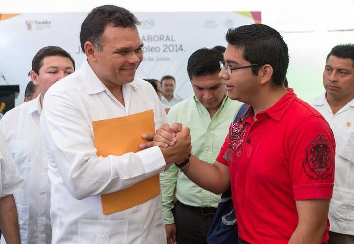 El Gobernador inauguró la quinta Jornada de Empleo en Mérida, en las instalaciones de la STPS, donde 17 empresas ofrecen 809 plazas laborales. (Cortesía)