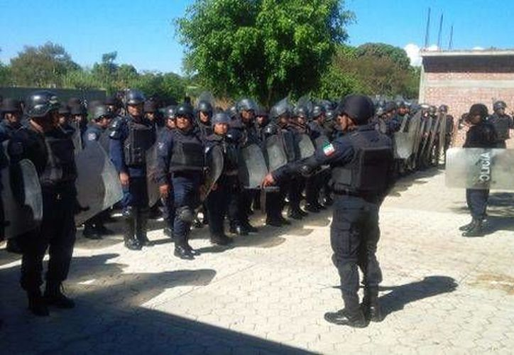 Policías resguardan la escuela primaria Porfirio Díaz, ubicada en San Pedro Martir. (Milenio)