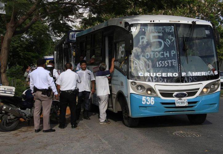 Los usuarios se molestaron cuando tardaba el camión detenido. (Tomás Álvarez/SIPSE)