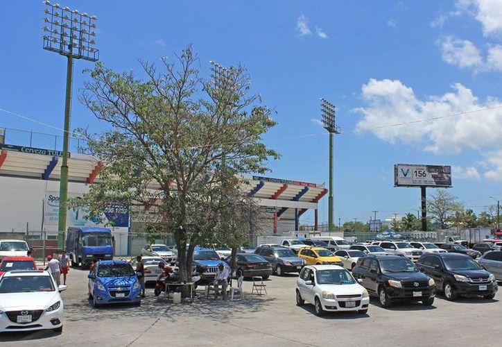 Los espacios públicos  son aprovechados como estacionamientos. (Jesús Tijerina/SIPSE)