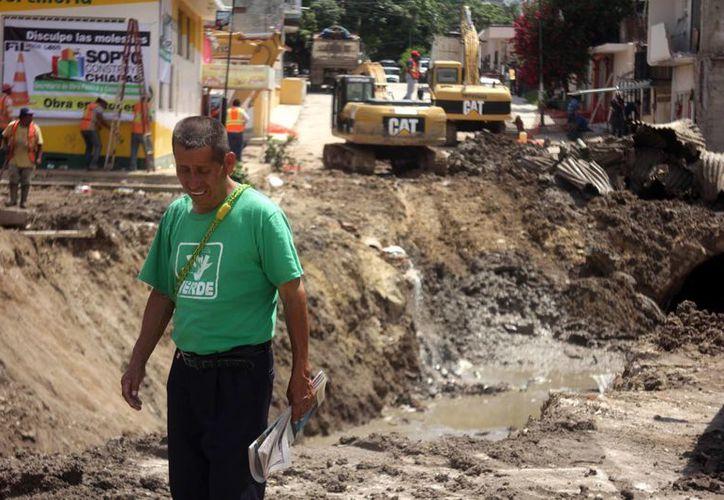 Los vecinos del Barrio San Francisco observan como poco a poco son demolidos los muros y el concreto de las calles afectadas, durante las lluvias. (Notimex)