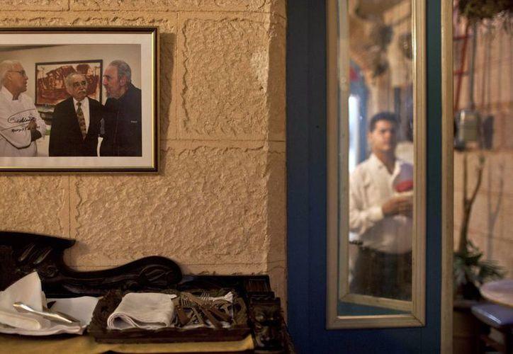 Un cuadro con la imagen de Fidel Castro con Gabriel García Márquez y Tomás Erasmo Hernandez, firmado por Castro, cuelga en el interior del restaurante privado Mama Inés en La Habana Vieja, Cuba. (Agencias)