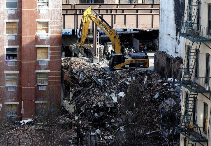 Equipos de emergencia continúan trabajando entre los escombros de los edificios siniestrados en El Barrio, conocido enclave latino de Harlem. (Agencias)