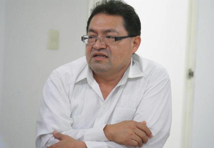 El director del Sistema Estatal de Orquesta Juveniles, José Luis Chan Sabido, informa sobre el evento en Progreso. (Manuel Pool/SIPSE)