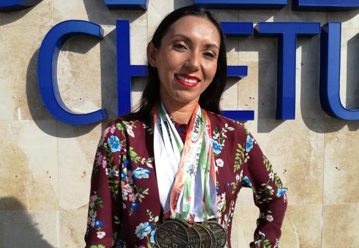 Ana Azarcoya regresó a la capital de Quintana Roo con cinco medellas de oro tras su participación en el Campeonato Nacional de Atletismo Máster. (Miguel Maldonado/SIPSE)