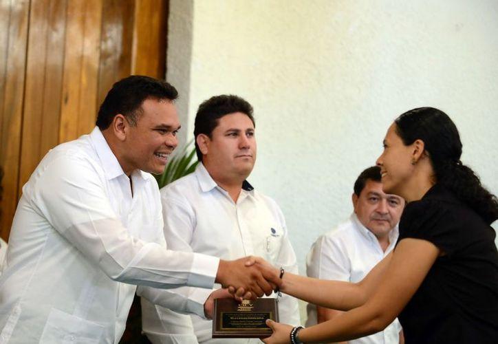 Zapata Bello entregó reconocimientos al personal del CICY por cinco, 10, 15, 20, 25 y 30 años de servicio. (SIPSE)