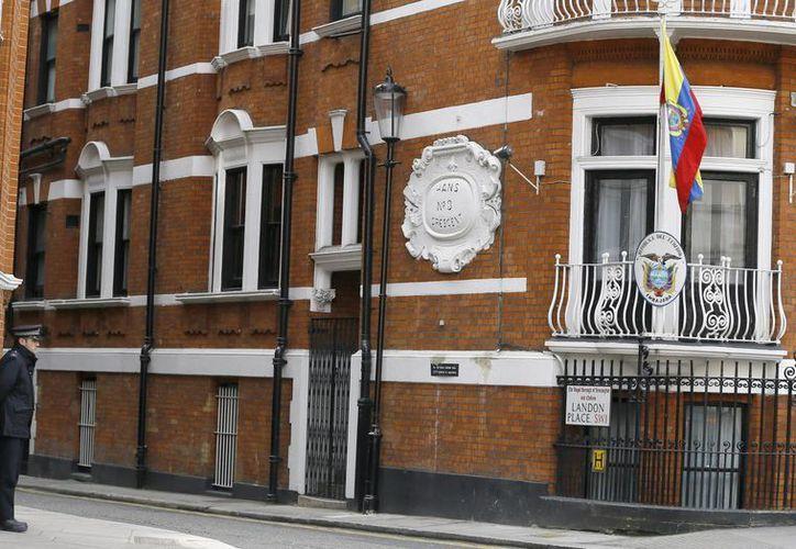 Los operativos de vigilancia de la policía británica en la embajada de Ecuador en Londres costaron más de once millones de libras esterlinas. (AP)