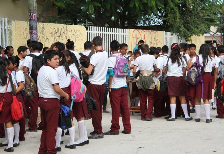 Más de 34 mil estudiantes de secundaria regresan a clases. (Tomás Álvarez/SIPSE)